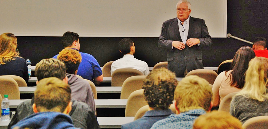Dave Roberts speaks to CIU Business students.