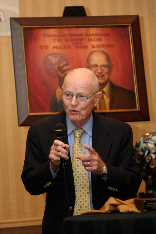 Robertson McQuilkin accepting the Lifetime of Service Award from Missio Nexus in 2010.