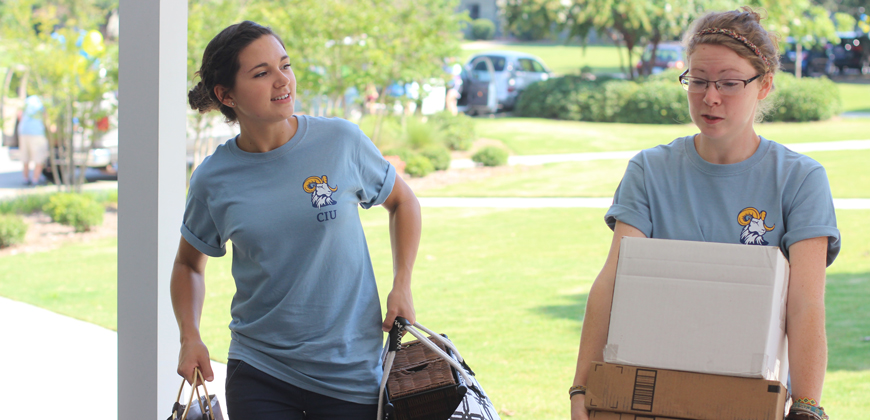 CIU students walking into the residence hall on move-in day.